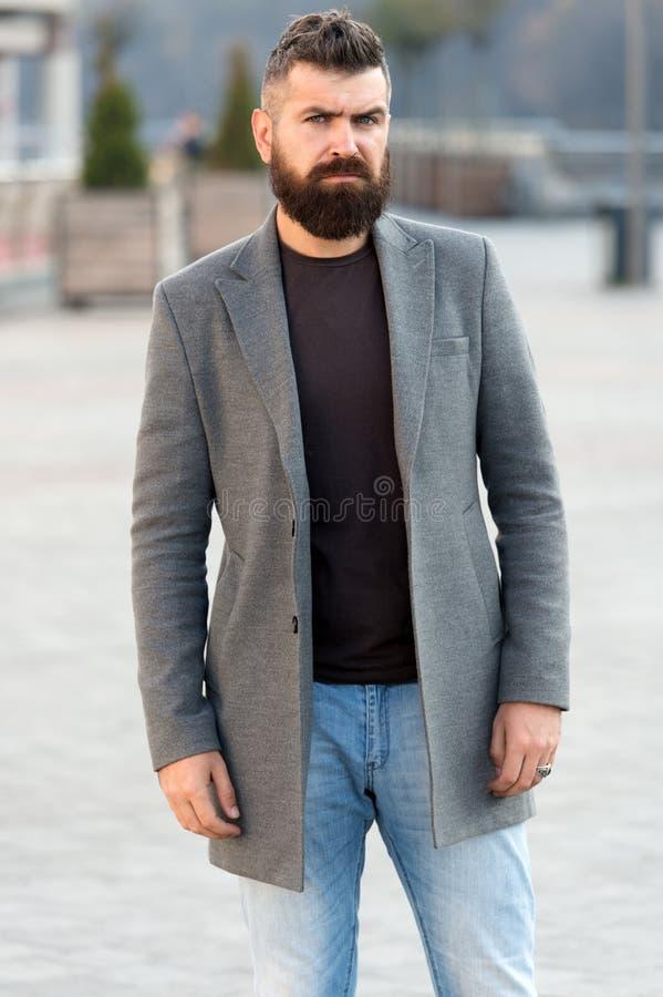 Männerkleidung und männliches Modekonzept Stilvoller moderner Mantel des bärtigen Hippies des Mannes Bequem und kühl Männliches z stockfoto