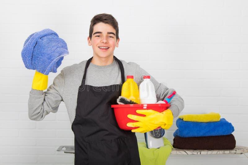 Människa med rengöring av hushåll och hushåll arkivbilder