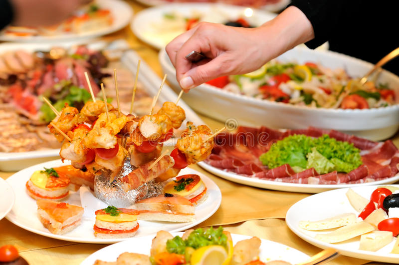 Människa som tar mat på partiet royaltyfria bilder