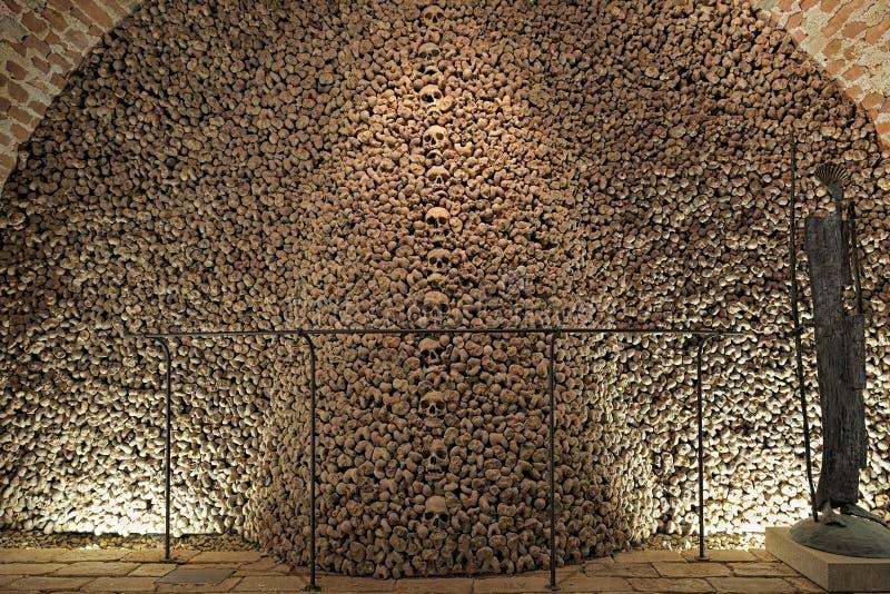 Människaben och skallar i den Brno ossuaryen, Tjeckien arkivbilder