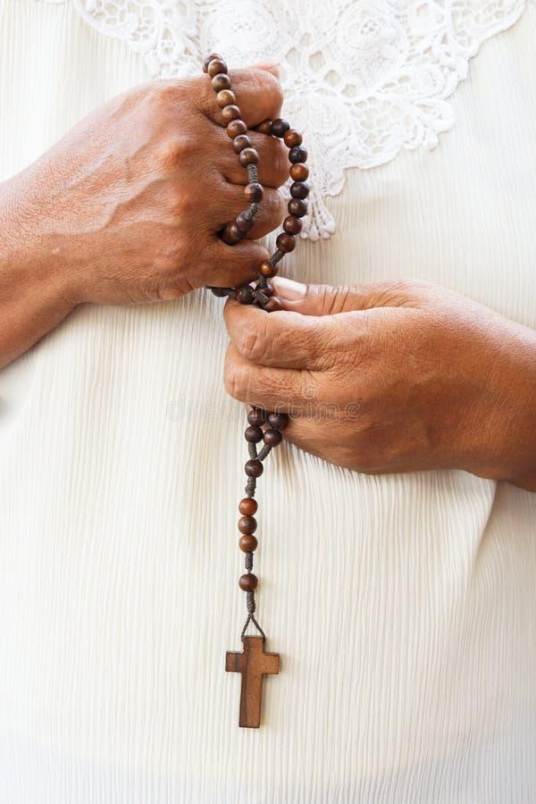 Människan ber till guden royaltyfri bild