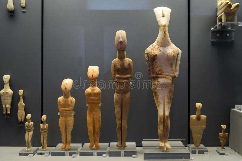 Människan formade keramiskt i det nationella arkeologiska museet i Aten, Grekland royaltyfri bild