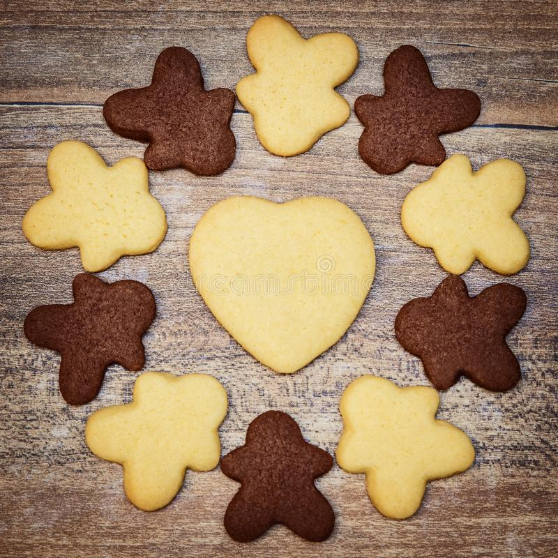 Människan och hjärta formar kakor i en cirkel, en begreppsfred och en lov royaltyfria foton