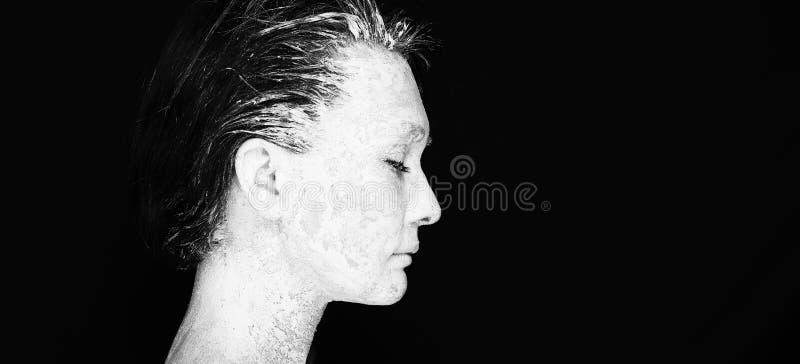 Människan räcker arbete med kvinnan med lera royaltyfri bild