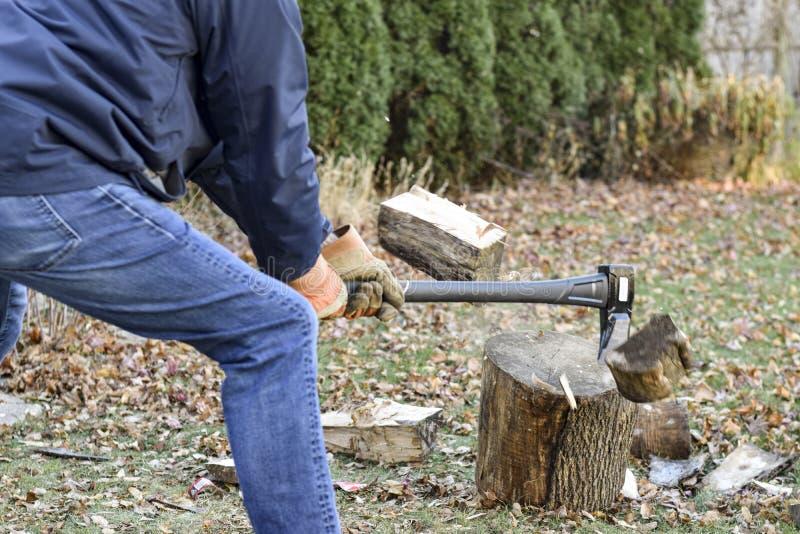 Människhuggning av trä royaltyfri fotografi