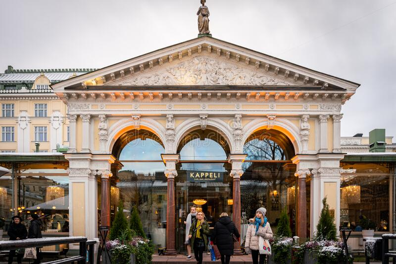 Människor framför den berömda Kappeli café- och restaurangingången i Helsingfors Finland arkivfoto
