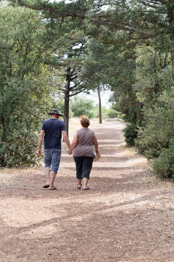 Människor Man Woman Unidentified Couple Walking Away Natature i Vendee-skogen nära havskusten arkivbilder