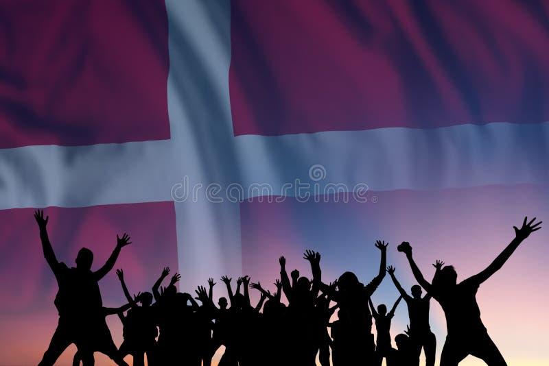 Människor och flagga på Danmarks dag arkivfoto