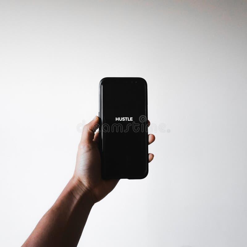 Männlich, einen Smartphone mit dem Wort halten lizenzfreies stockfoto