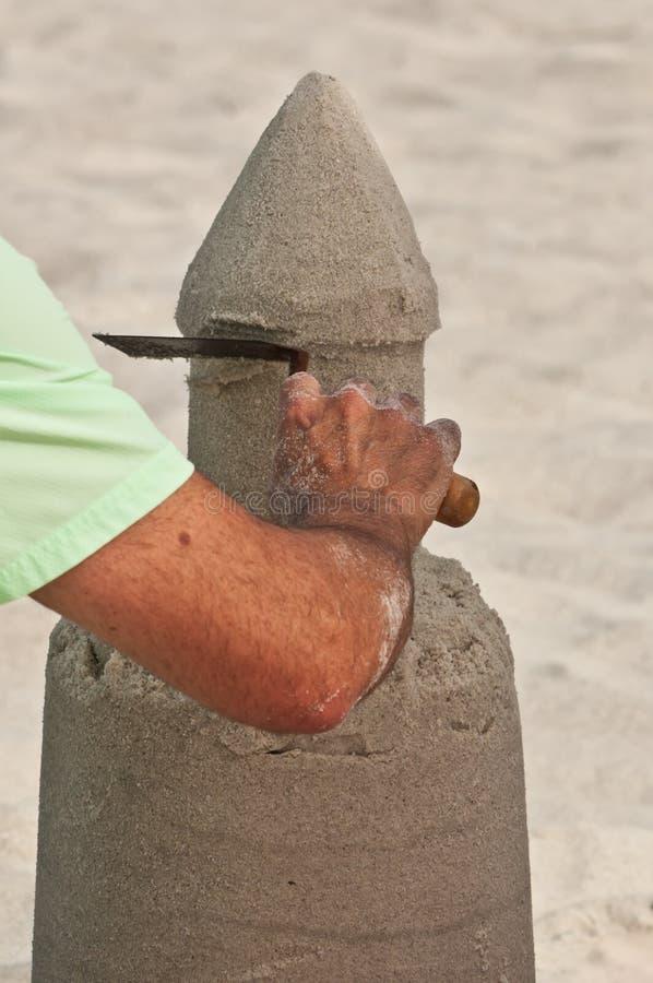 Männlich sculpting ein Sandburg auf einem tropischen, sandig, Strand lizenzfreies stockfoto
