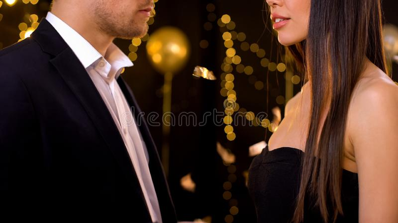 Männlich und weiblich, die sich auf Feier ansehen, Liebe aus dem ersten Blick, Zuneigung stockbilder