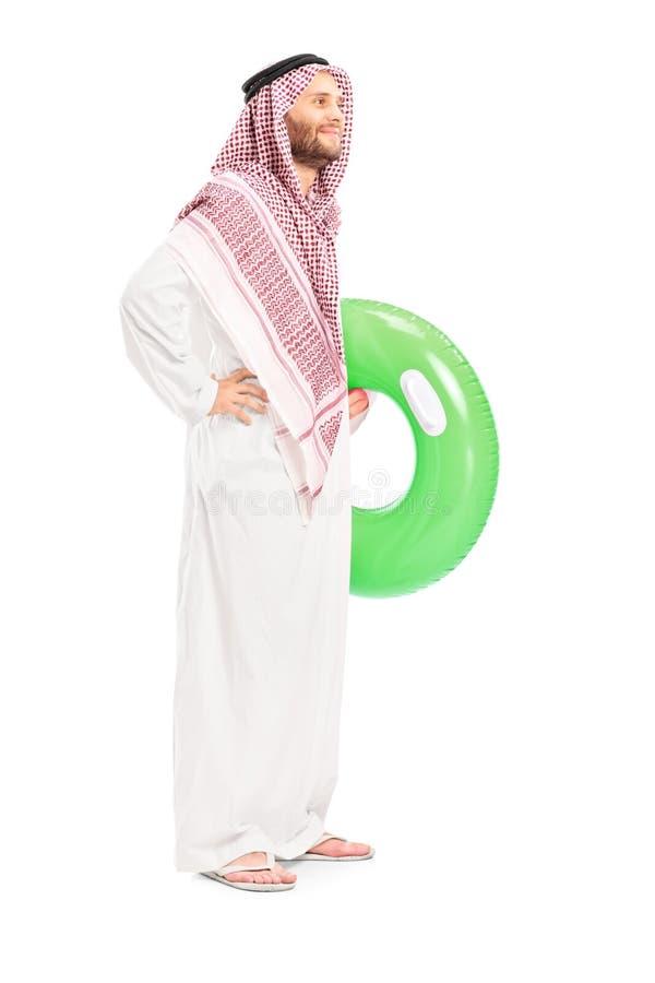 Männliche arabische Person, die einen Schwimmring hält stockbilder