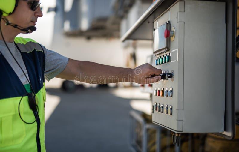 Männliche Arbeitskraft, die technische Ausrüstung am Flughafen überprüft stockfotos