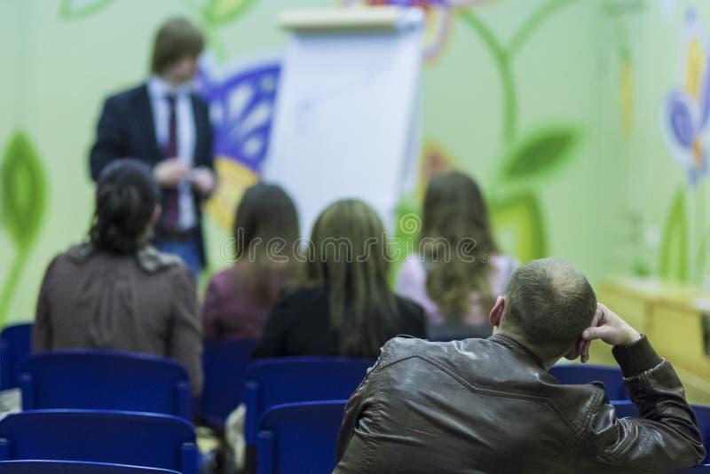 Männliche Berufslektor-Speaking In-Front der Leute lizenzfreie stockbilder