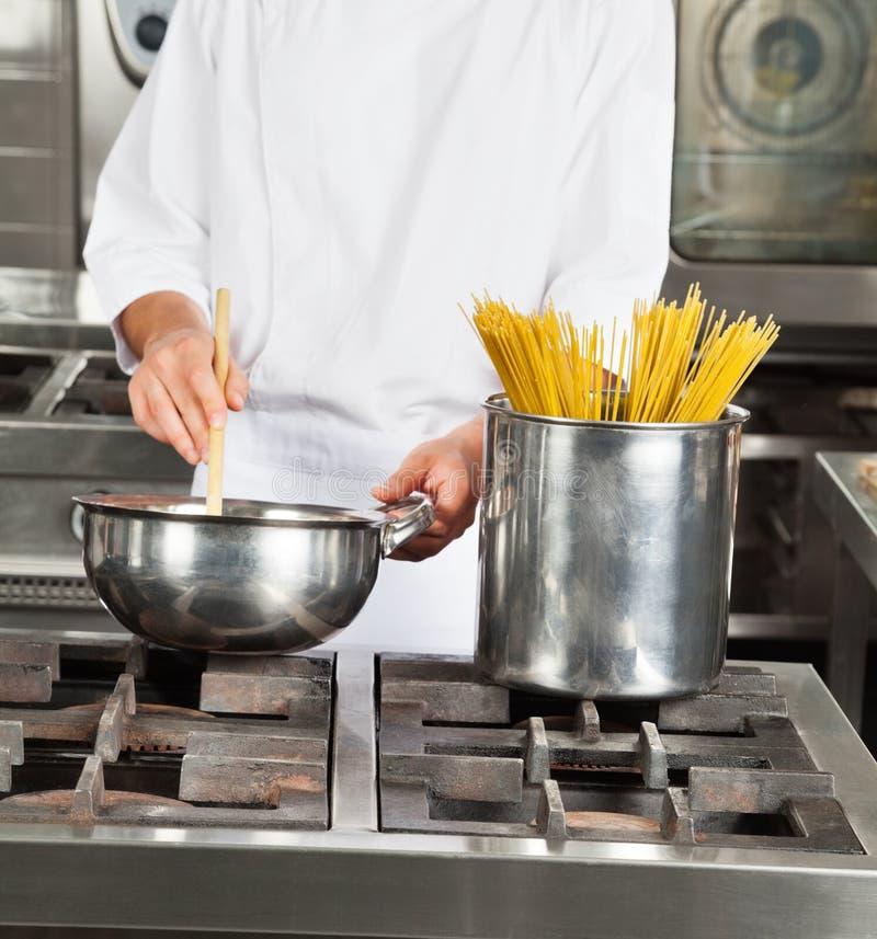 Männliche Chef-Cooking Food In-Küche lizenzfreies stockbild