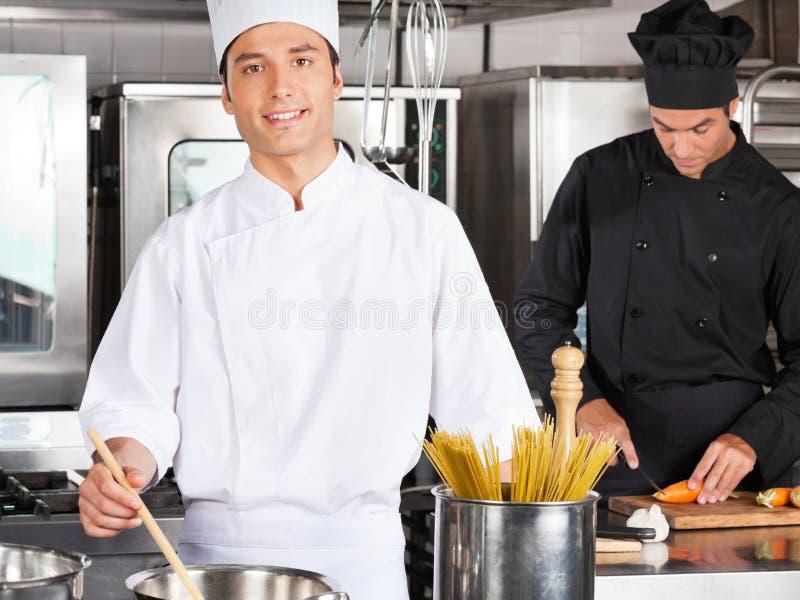Männliche Chef-Cooking Food In-Küche lizenzfreie stockfotografie