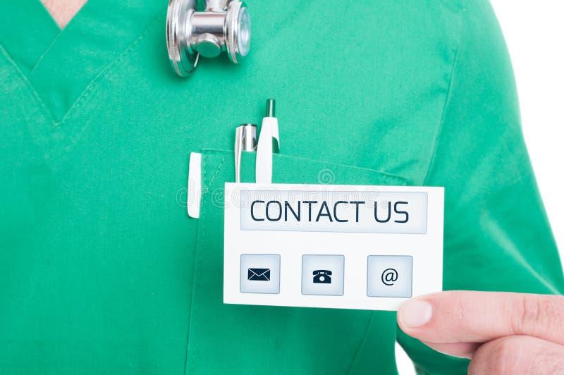 Männliche Doktor- oder Medizinerholdingkontaktvisitenkarte lizenzfreie stockfotografie