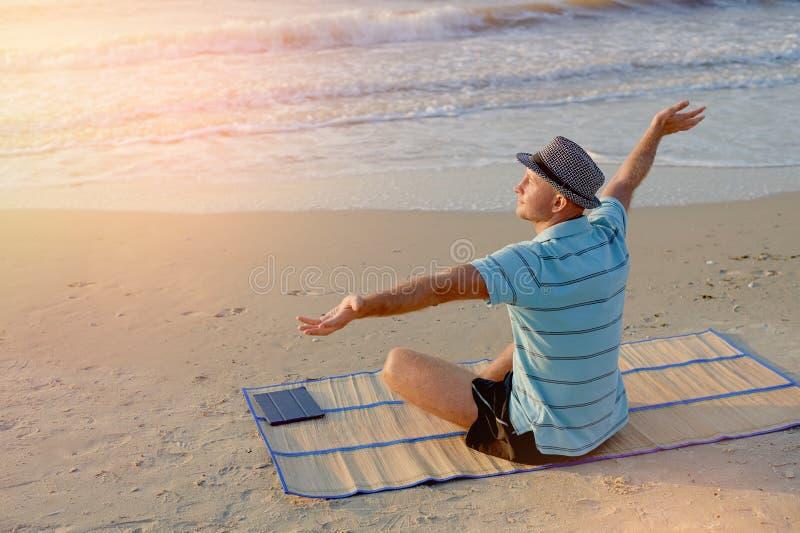 Männliche Freude des Sommerlebensstil-Porträts auf dem Strand am KüstenLebensstilsmorgen bei dem Sonnenaufgang, Konzept in der Re stockfotos