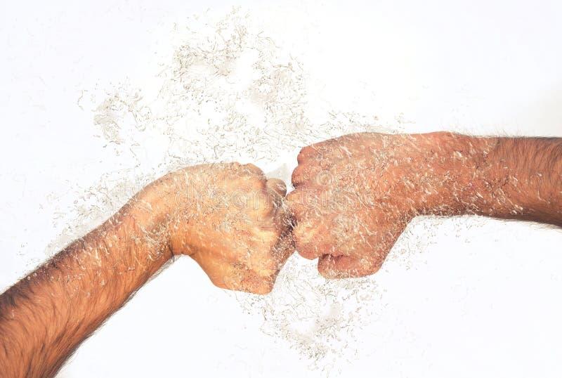 Männliche geballte Fäuste mit Wasserspritzen lizenzfreies stockfoto