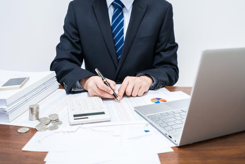 Männliche Geschäftsmänner, die tabellarische Daten erklären stockfotografie