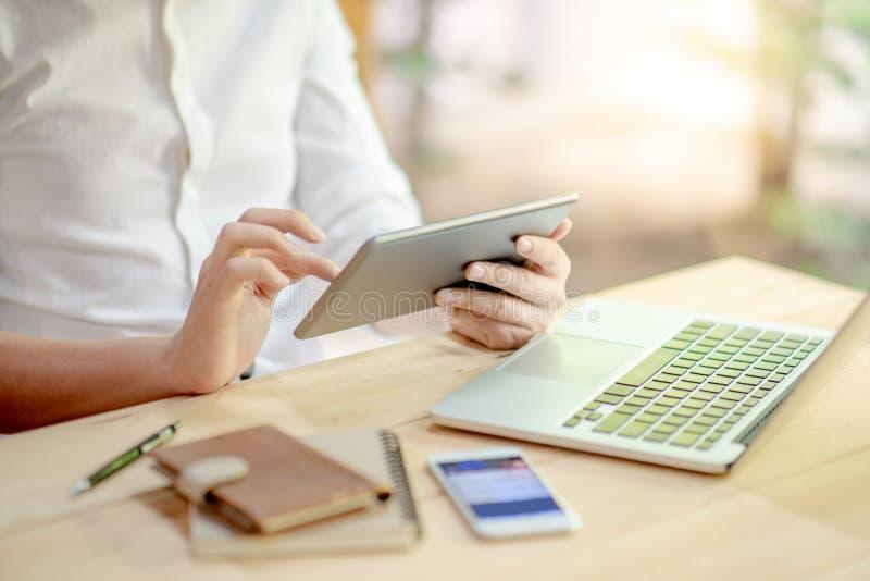 Männliche Geschäftsmannhände unter Verwendung der digitalen Tablette stockfotografie