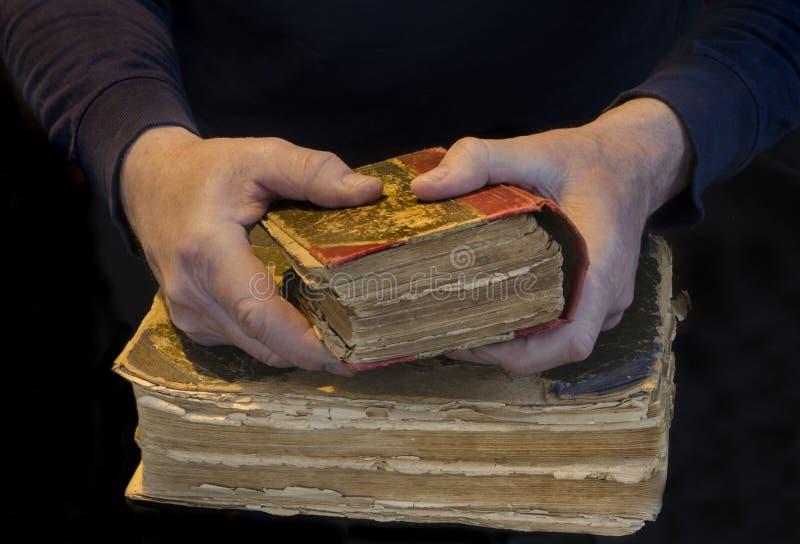 Männliche Hände, die ein altes Buch halten lizenzfreie stockbilder
