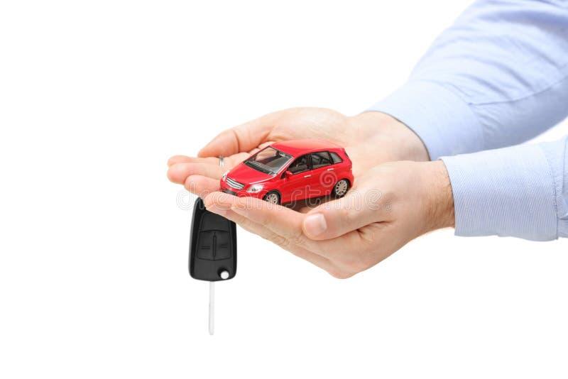Männliche Hände, die ein Auto und Tasten anhalten lizenzfreies stockfoto