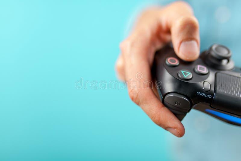 Männliche Hände, die einen Prüfer PS4 halten lizenzfreies stockfoto