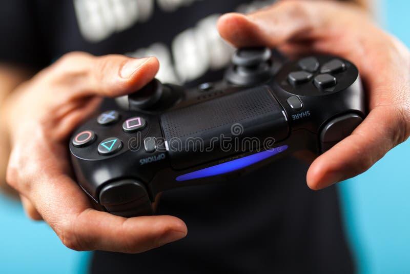 Männliche Hände, die einen Prüfer PS4 halten lizenzfreies stockbild