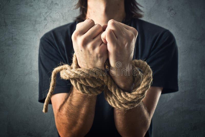Männliche Hände gebunden mit einem Seil stockfotos