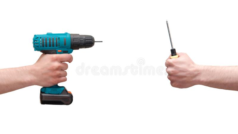 Männliche Hände mit einem drahtlosen Schraubenzieher und kreuzförmigem Handschraubenzieher H?nde getrennt auf wei?em Hintergrund stockfotografie
