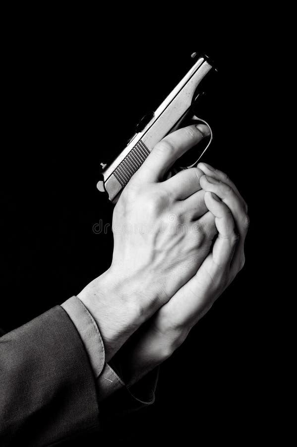 Männliche Hände mit Gewehr lizenzfreie stockbilder