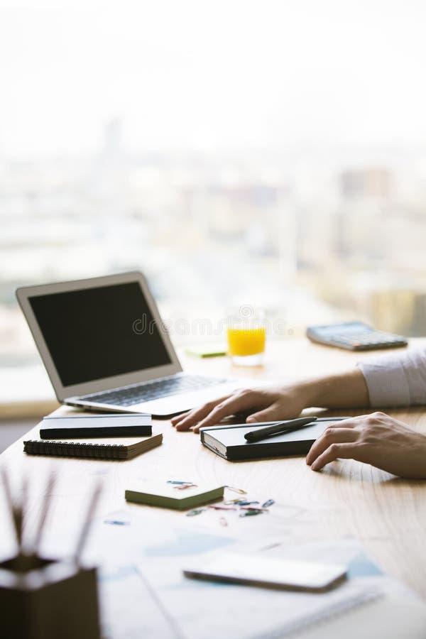 Männliche Hände und leerer Laptop lizenzfreie stockbilder