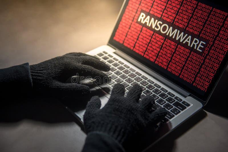 Männliche Hackerhand, die in den Computer Betriebssystem zerhackt lizenzfreie stockbilder