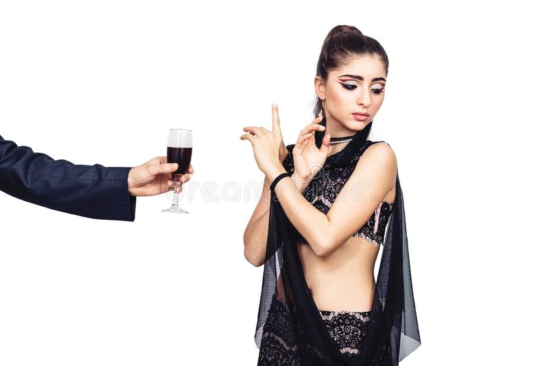Männliche Hand bietet einem jungen Mädchen ein Glas Wein an Frau lehnt ab, Alkohol zu trinken stockfotos