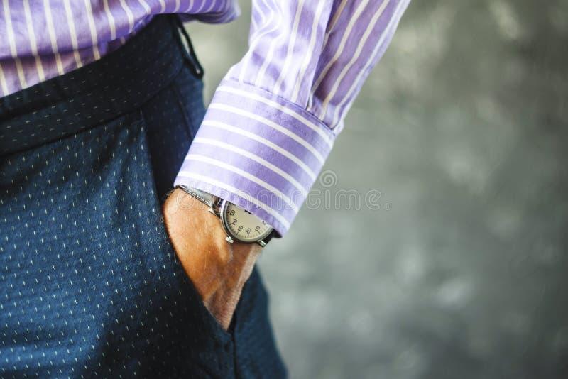 Männliche Hand in der Hosen-Tasche mit Armbanduhr stockbilder
