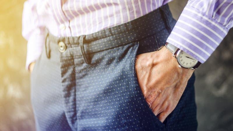 Männliche Hand in der Hosen-Tasche mit Armbanduhr lizenzfreie stockbilder