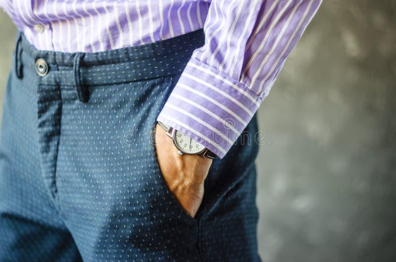 Männliche Hand in der Hosen-Tasche mit Armbanduhr stockfotos