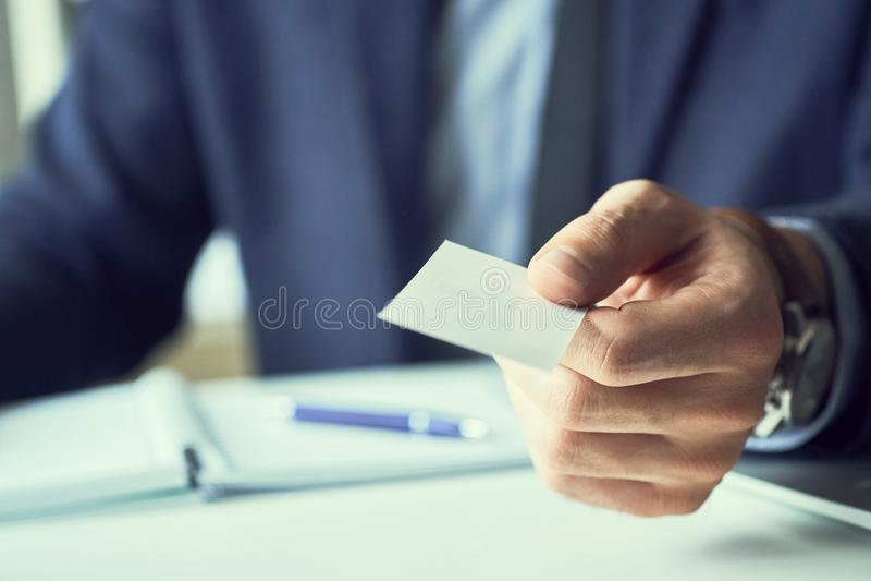 Männliche Hand in der Klage leere Telefonkarte zur Besuchernahaufnahme geben BüropartnerFirmennamenaustausch, vollziehend oder lizenzfreies stockfoto