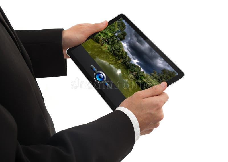 Männliche Hand, die einen Berührungsflächen-PC zeigt einen Film anhält lizenzfreies stockbild