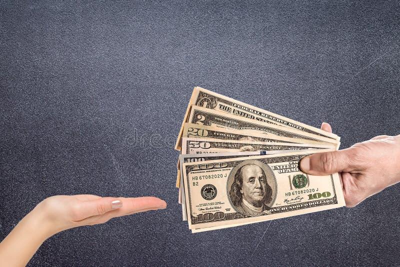Männliche Hand, die fest einige Banknoten zusammendrückt stockfotografie