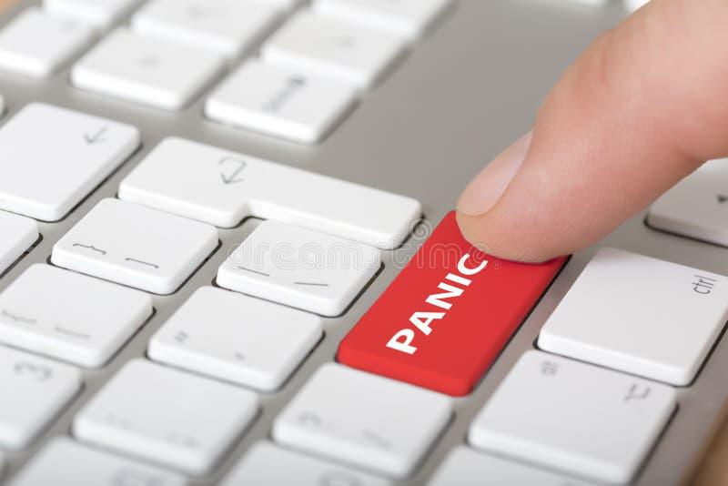 Männliche Hand, die roten Alarmknopf auf Computer klickt lizenzfreies stockfoto