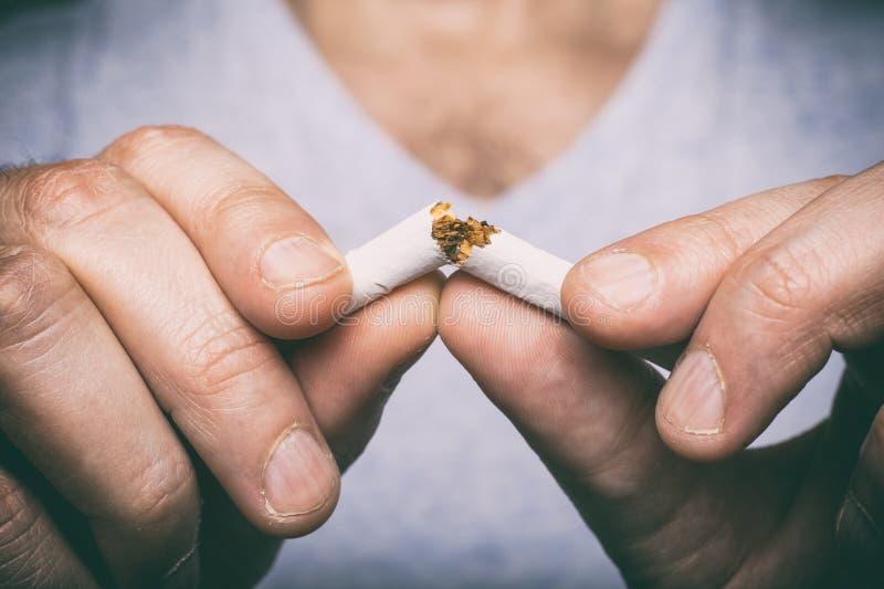 Männliche Hand, die Zigarette zerquetscht stockfotografie