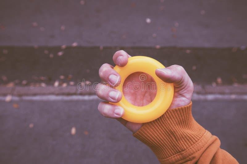 Männliche Hand greift Antidruckgummiring stockbilder