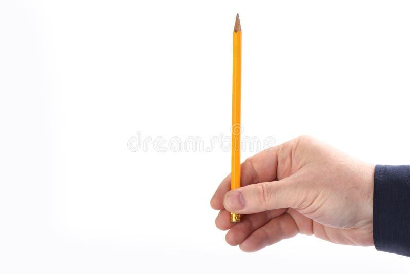 Männliche Hand hält Bleistift lokalisierte vertikal auf weißem Hintergrund lizenzfreie stockfotografie