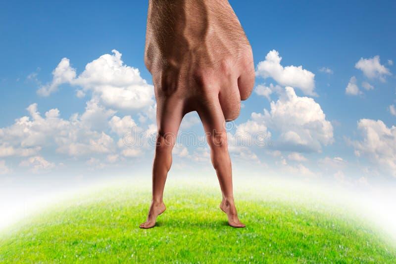 Männliche Hand mit den Beinen lizenzfreies stockbild