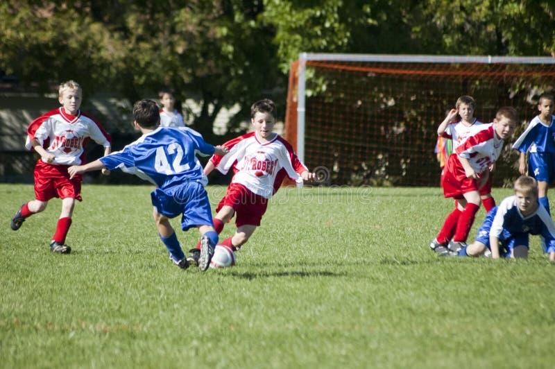Männliche Jugend-Fußball-Tätigkeit stockfotos