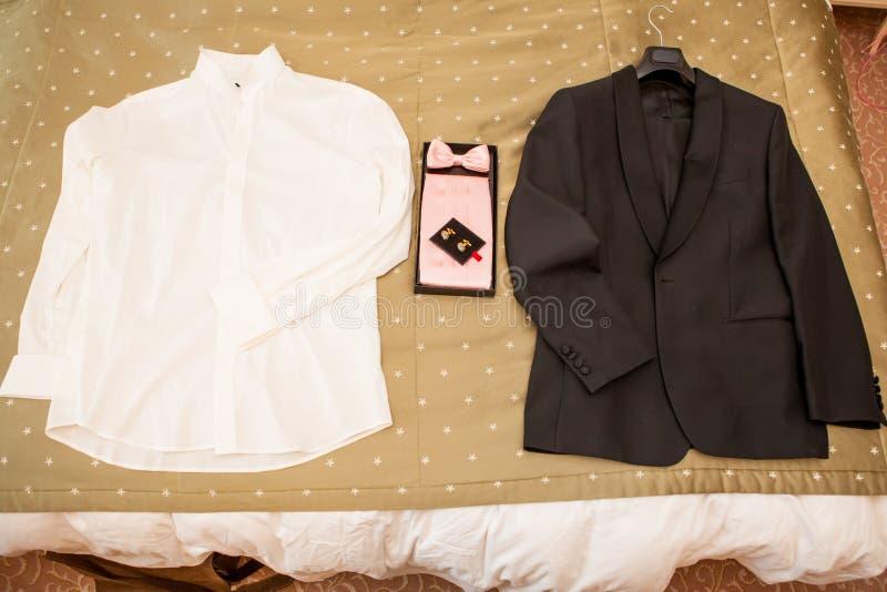 Männliche Klage: schwarze Jacke mit einer Fliege und einem weißen Hemd stockbild