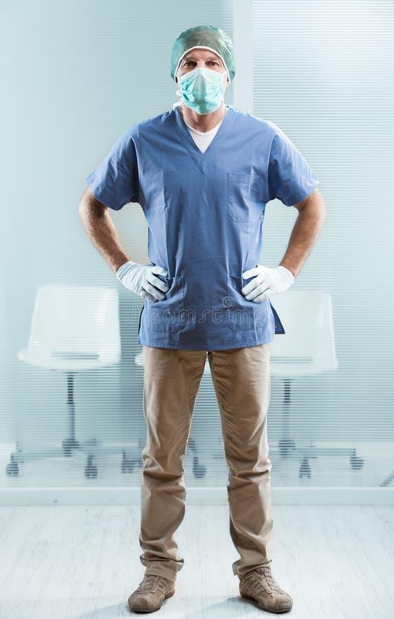 Männliche Krankenschwester bereit zu helfen stockbild