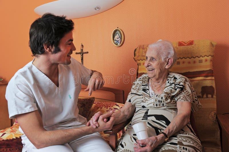 Männliche Krankenschwester und ältere Frau lizenzfreies stockfoto